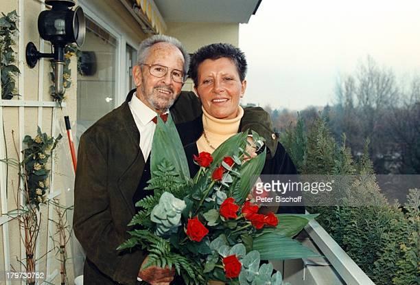 Gerd Vespermann mit Ehefrau ChristianeBlumen Rosen Kuß 10 HochzeitstagHomestory