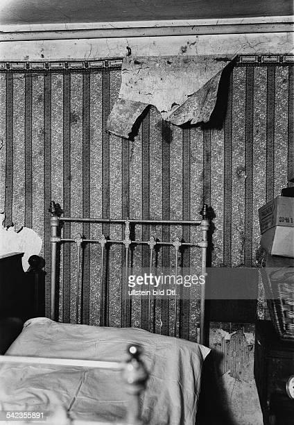Gerda Holzgräber Schönhauser Allee 177 Tapeten fallen von nassen Wänden herunter' Tapete eine Schlafzimmer löst sich aufgrund von Feuchtigkeit von...