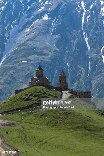 gergeti holy trinity church - kaukasus geografische lage stock-fotos und bilder