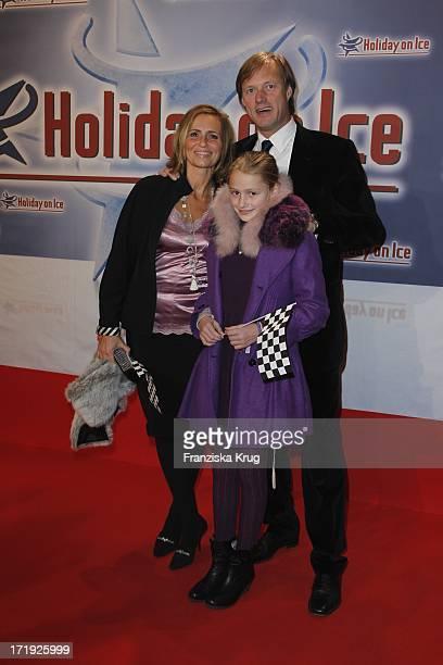 Gerhard Delling Und Ehefrau Isabell Und Tochter Jill Bei Der Holiday On Ice Premiere Speed In Hamburg 131111