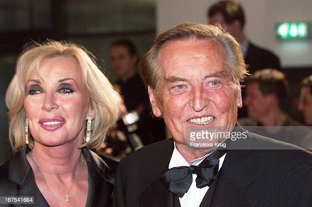 Gerhard Mayer Vorfelder Mit Ehefrau Margit Bei Bambi 2001 Verleihung In Berlin