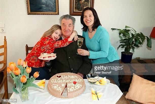 Gerhard Riedmann Ehefrau Gertrud TochterMagdalena Homestory Kematen/ sterreichGeburtstagstorte Torte BlumenstraußStrauss Tulpen anschneiden...