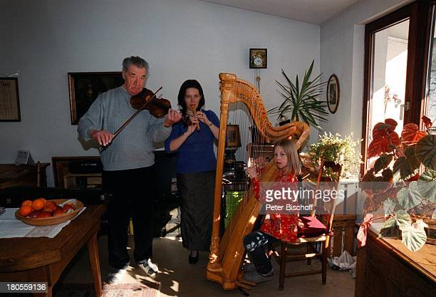 Gerhard Riedmann Ehefrau Gertrud TochterMagdalena Homestory Kematen/ sterreichGeige Blockflöte Harfe MusikInstrument