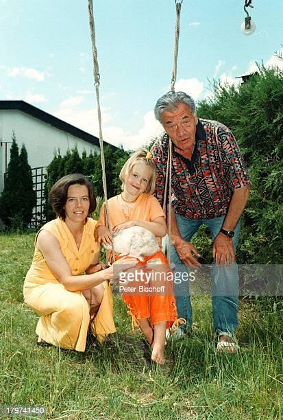 Gerhard Riedmann mit Ehefrau Gertrud undTochter Magdalena HomestoryKematen/ sterreich Garten Schaukel