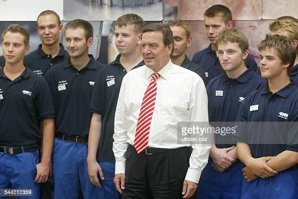 Gerhard Schröder Bundeskanzler SPD D besucht die Firma GKN Sinter Metals in Bonn mit Lehrlingen