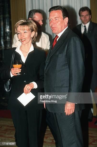 Gerhard Schröder Und Ehefrau Doris Schröder Köpf Bei Gala Zum 80 Geburtstag Des Altkanzlers H Schmidt In Hamburg