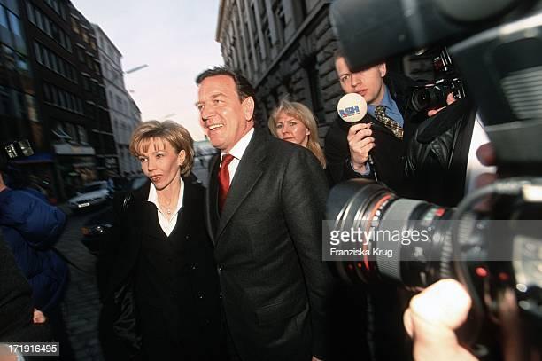 Gerhard Schröder Und Ehefrau Doris Schröder Köpf Bei Ihrer Ankunft Zur Gala Zum 80 Geburtstag Des Altkanzlers H Schmidt In Hamburg