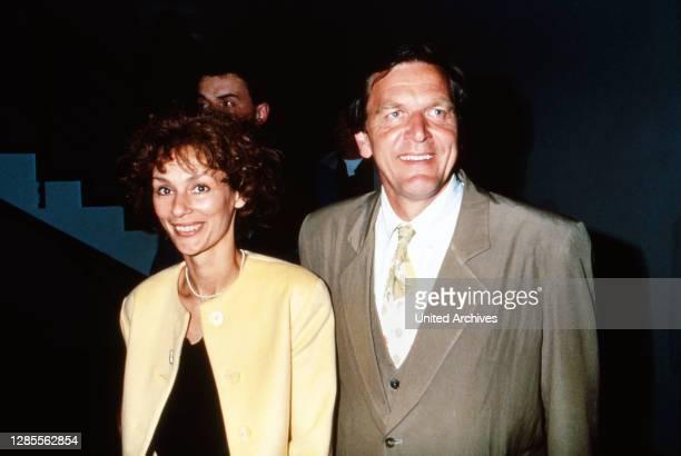 Gerhard Schröder und Ehefrau Hiltrud Hillu bei der Wahl zum Niedersächsischen Landtag in Hannover am 13. Mai 1990, Deutschland 1990.