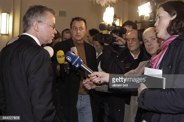 Gerhard Strate Jurist Anwalt D gibt Pressestatement am Rande des AlexanderFalkProzesses