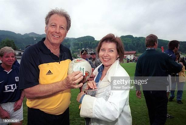 Gerhart Lippert mit Ehefrau Maria Lippert BenefizFußballGala für Kinderkrebshilfe Niederndorf/Österreich Frau Zuschauer Fußball Sportkleidung Trikot