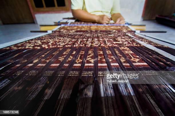 gerinsing weaving - イカット ストックフォトと画像