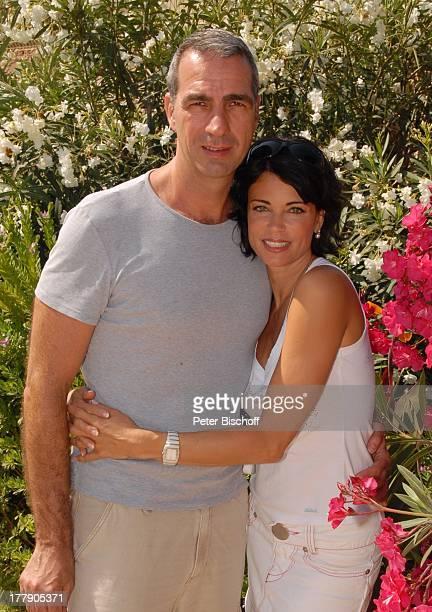 Gerit Kling Ehemann Dr Stefan Henning HotelAnlage Robinson Club Cala Serena Insel Mallorca Balearen Spanien Europa Urlaub Blumen Blüte Busch umarmen...