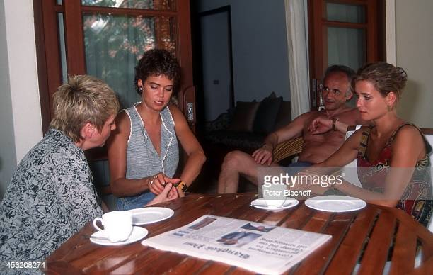 Gerit Kling Schwester Anja Kling mit Eltern Margarita und Ulrich Kling am am Rande der Dreharbeiten zur ZDFSerie Verschollen in Thailand im Hotel...