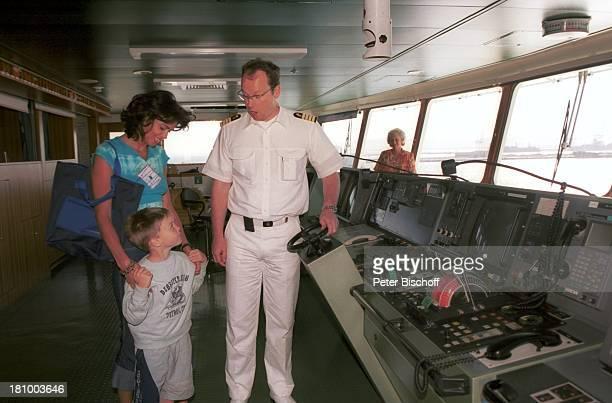 Gerit Kling Sohn Leon Kling Kapitän Hayo Janssen ZDF Traumschiff Folge 44 Sambia Viktoriafälle MS Deutschland Schiffsbrücke Kreuzfahrtschiff...