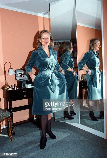 Gerlinde Locker Homestory Hochzeitskleidvon 1974 Spiegel Anprobe