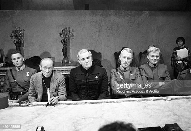 German actor Helmut Griem Swedish actor Max von Sydow Italian director Valerio Zurlin and Italian actors Vittorio Gassman Giuliano Gemma having a...