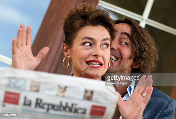 German actors Dieter Landuris and Elisabeth Romano pose during a photo call on August 19 2009 in Passau Germany The movie 'Rock It' will start in...
