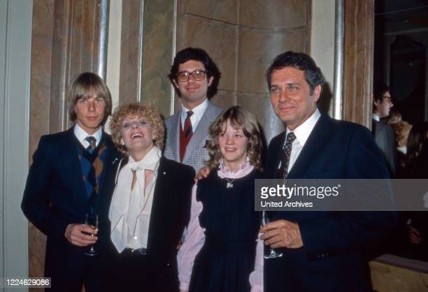 German actress Elke Sommer with her husband Joe Hyams and the children Sebastian and Caroline, Germany, 1980s.