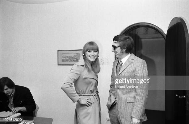 German actress Elke Sommer with photographer Heinz Browers, Germany, 1970s.