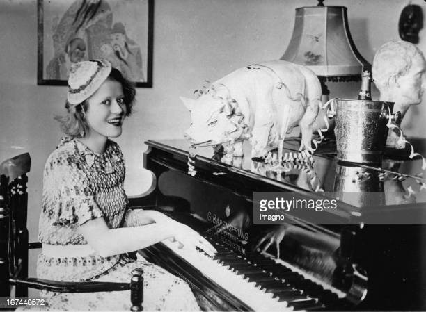 German actress Maria Matray on New Year's Eve at a piano of the company Bärensprung. About 1935. Photograph. Die deutsche Schauspielerin Maria Matray...