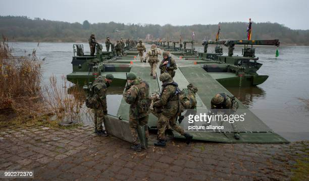 German and British soldiers set up a pontoon bridge over the river Elbe with use of M3 Amphibious rigs in Artlenburg, Germany, 30 November 2017....