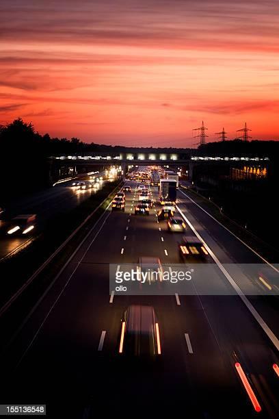 Deutsche autobahn in der Dämmerung, lange Belichtung