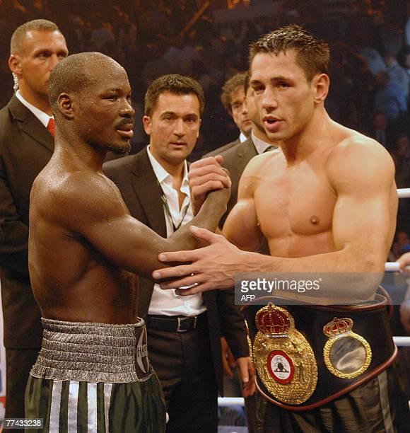 German boxer Felix Sturm and his challenger Randy Griffin of the US shake hands after their WBA middleweight world champion fight 20 October 2007 in...