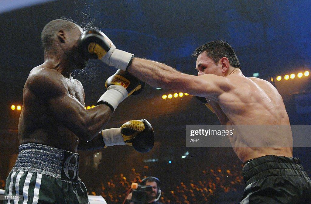 German boxer Felix Sturm (R) and his cha : News Photo