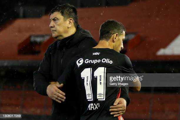 German Burgos coach greets Maximiliano Rodriguez of Newell's Old Boys during a match between Newell's Old Boys and Unión as part of Copa de la Liga...