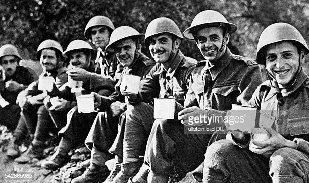 German campaign in Greece: British and Greek soldiers are sitting in one row