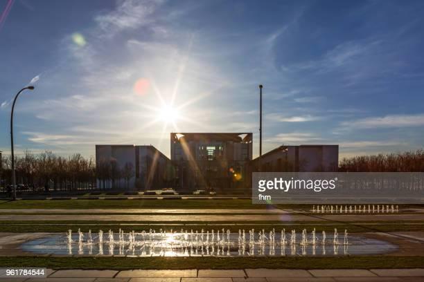 german chancellery (berlin, germany) - kleinere sehenswürdigkeit stock-fotos und bilder