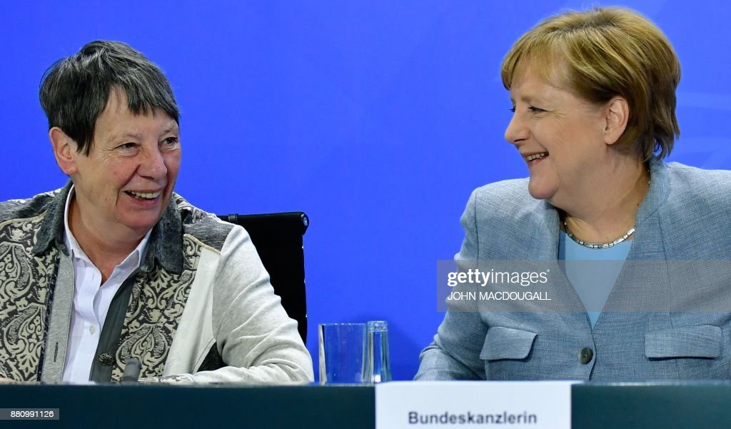 German Chancellor Angela Merkel (R) and German Environment Minister Barbara Hendricks attend a press conference following a so-called 'Diesel Summit' with mayors of large German cities in the chancellery in Berlin on November 28, 2017, in order to look at ways of improving air quality. / AFP PHOTO / John MACDOUGALL