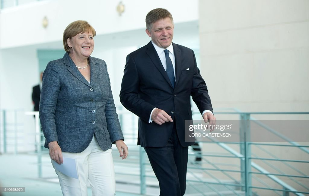 German chancellor Angela Merkel (L) and Slovak Prime minister Robert Fico arrive for a press conference on June 16, 2016 in Berlin. / AFP / dpa / Jörg Carstensen / Germany OUT