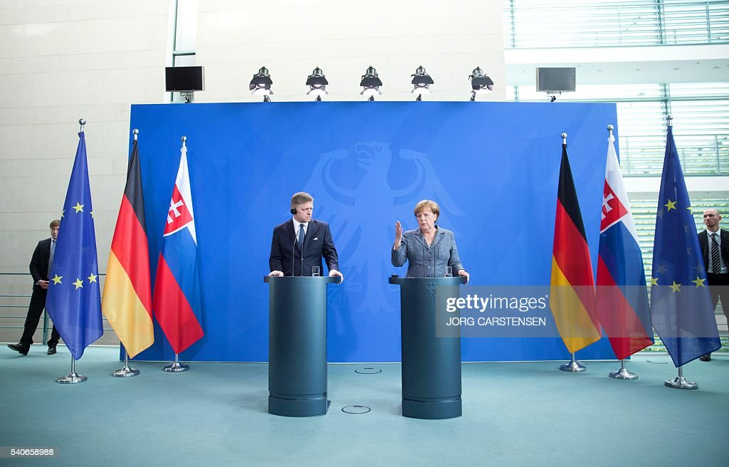 German chancellor Angela Merkel (L) and Slovak Prime minister Robert Fico attend a press conference on June 16, 2016 in Berlin. / AFP / dpa / Jörg Carstensen / Germany OUT