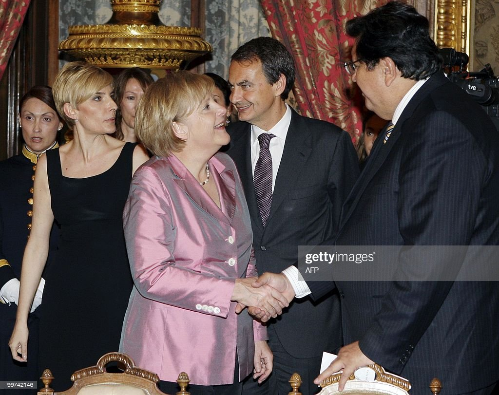 German Chancellor Angela Merkel (C) shakes hands with Peru's President Alan Garcia during a gala dinner at The Royal Palace in Madrid on May 17, 2010. European and Latin America heads of states meet in Madrid from 17 to 19 May, 2010 during an European Union-Latin America and Caribean countries summit organized by the Spanish rotating presidency of the EU.