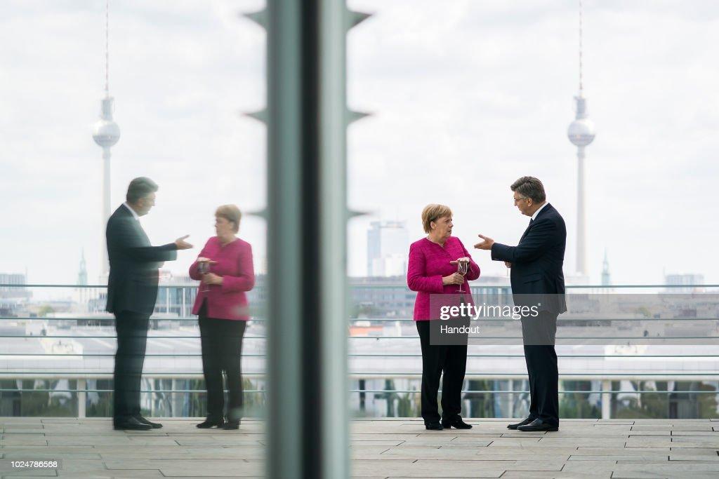 Allgemeine Freimaurer-Symbolik & Marionetten-Mimik - Seite 25 German-chancellor-angela-merkel-speaks-with-croatian-prime-minister-picture-id1024786568