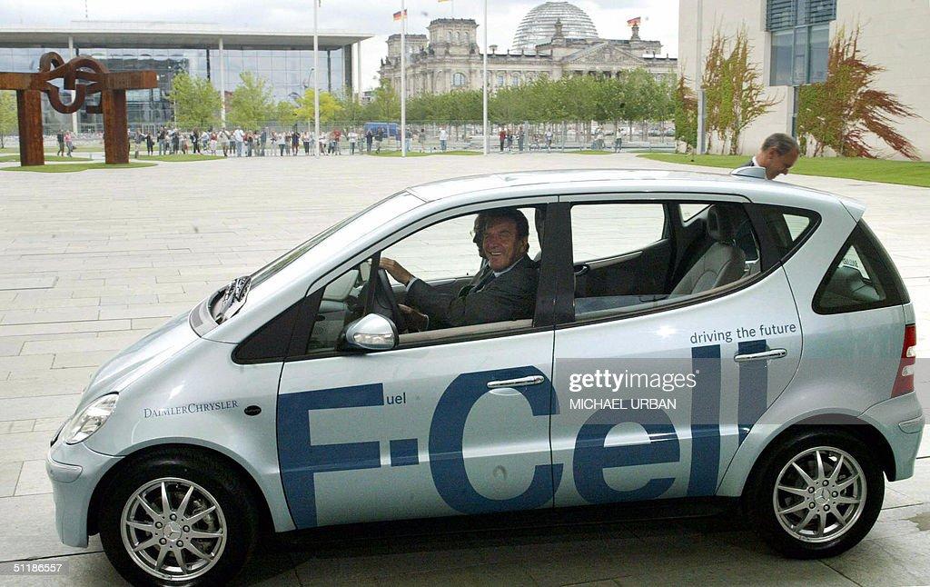 German Chancellor Gerhard Schroeder (R) : News Photo