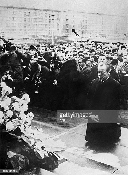 German Chancellor Willy Brandt kneels in front of the Memorial of the Warsaw Ghetto's Nazi victims 07 December 1970 in Warsaw during his official...
