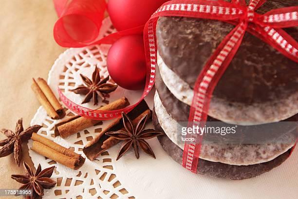 Deutsche Weihnachten Kekse mit roter Schleife und roten Ornamenten