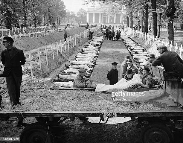 German civilians of Ludwigsluts Germany bury some of 200 victims of starvation and torture in the Nazi concentration camp near Wobbelin Germany The...