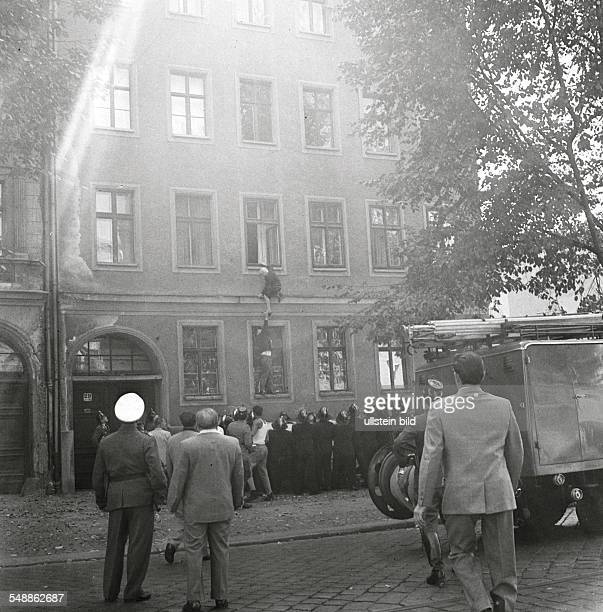 German Democratic Republic Bezirk Berlin East Berlin The building of the wall Frieda Schulze escaping out of the window of her flat in EastBerlin to...