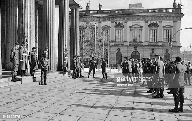 German Democratic Republic Bezirk Berlin East Berlin US soldiers taking photos in front of the Neue Wache Unter den Linden