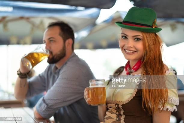 casal de ascendência alemã, beber uma cerveja no happy hour - retrato - cultura alemã - fotografias e filmes do acervo
