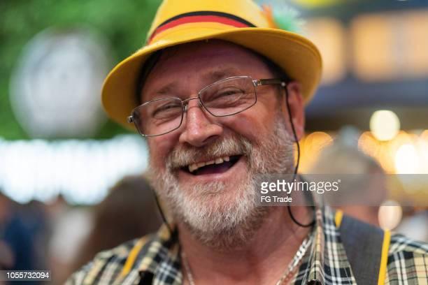 ブラジルではドイツの降下中年の男性の肖像画 - レーダーホーゼン ストックフォトと画像