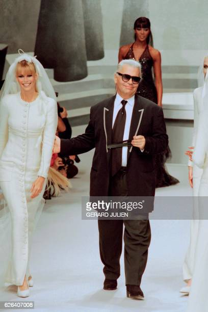 German designer Karl Lagerfeld flanked by German model Claudia Schiffer and British Naomi Campbell acknowledges the audience at the end of the...