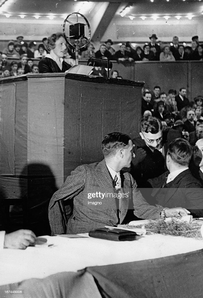 German doctor Else Kienle at her speech in the Sportpalast/Berlin. 1931. Photograph. (Photo by Imagno/Getty Images) Die deutsche Ärztin Dr. Else Kienle bei ihrer Rede im Berliner Sportpalast. 1931. Photographie.