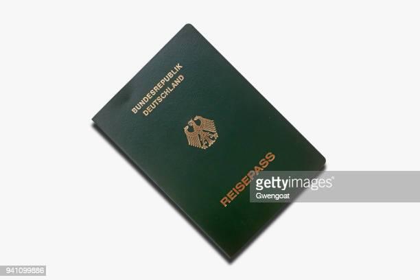duitse noodhulp paspoort geïsoleerd op een witte achtergrond - gwengoat stockfoto's en -beelden