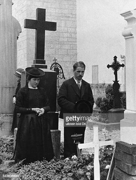 German Empire Bayern Freistaat Upper Bavaria Miesbach Rottach Silent prayer in front of a grave Photographer Alfred Eisenstaedt ca 1935Vintage...