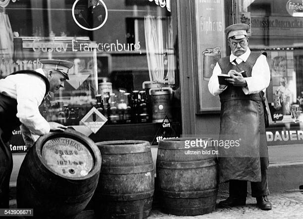 German Empire Free State Prussia Brandenburg Province Berlin Beer vendors in front of a restaurant Photographer Curt Ullmann Published by 'Hier...