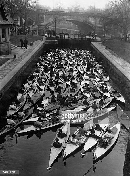 German Empire Free State Prussia Brandenburg Province Berlin Canoeists waiting of the opening at the lock in Tiergarten. - Photographer: Sennecke-...